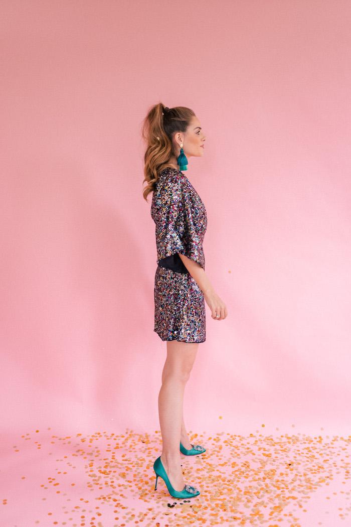 Silvester Outfit für Damen, kurzes Glitzer Kleid, blaue Pumps und Ohrringe mit Bommeln