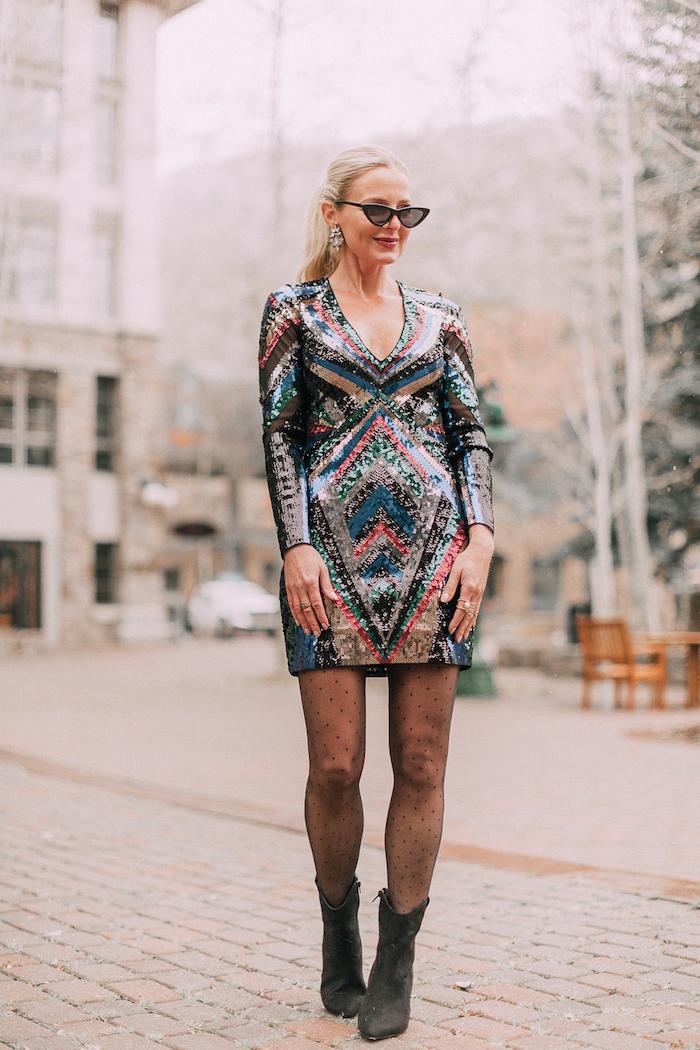 Silvester Outfit für Damen, Buntes Glitzer Kleid mit langen Ärmeln, schwarze Strumpfhose und Boots