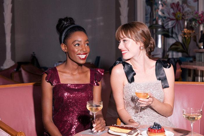 Party Outfits für Damen, Glitzer Kleid in Bordeaux, Glitzer Kleid in Beige mit schwarzen Trägern
