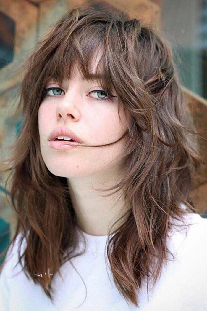 kurzhaarfrisuren frauen frech, dame mit grünen Augen und dezentes Make-up, im weißen T-Shirt