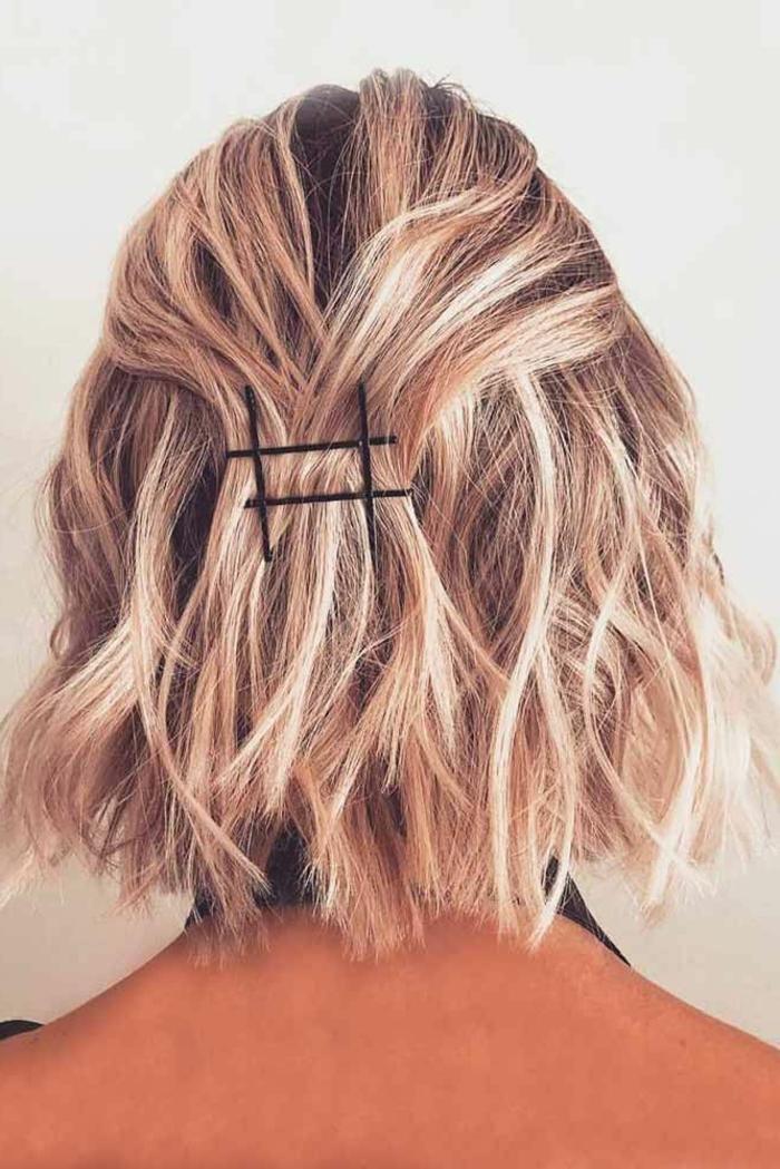 blonde kurzhaarfrisuren, halb hoch halb runter fixiert mit vier Haarnadeln,