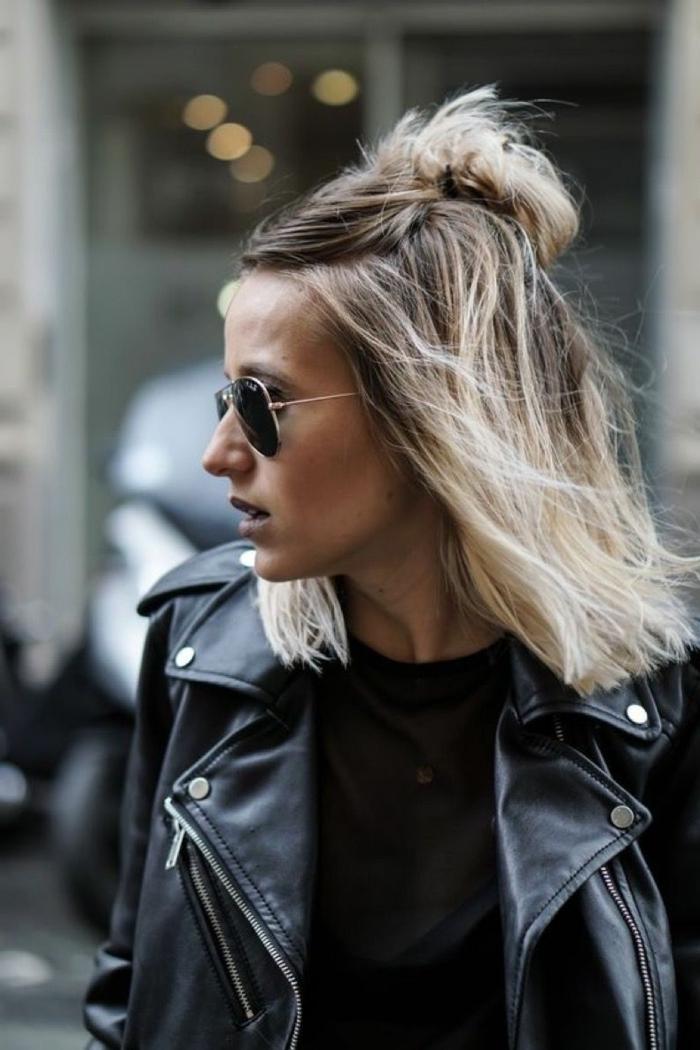 Blonde Kurzhaarfrisuren, Frau mit Aviator Sonnenbrillen, schwarze Lederjacke und schwarze Bluse