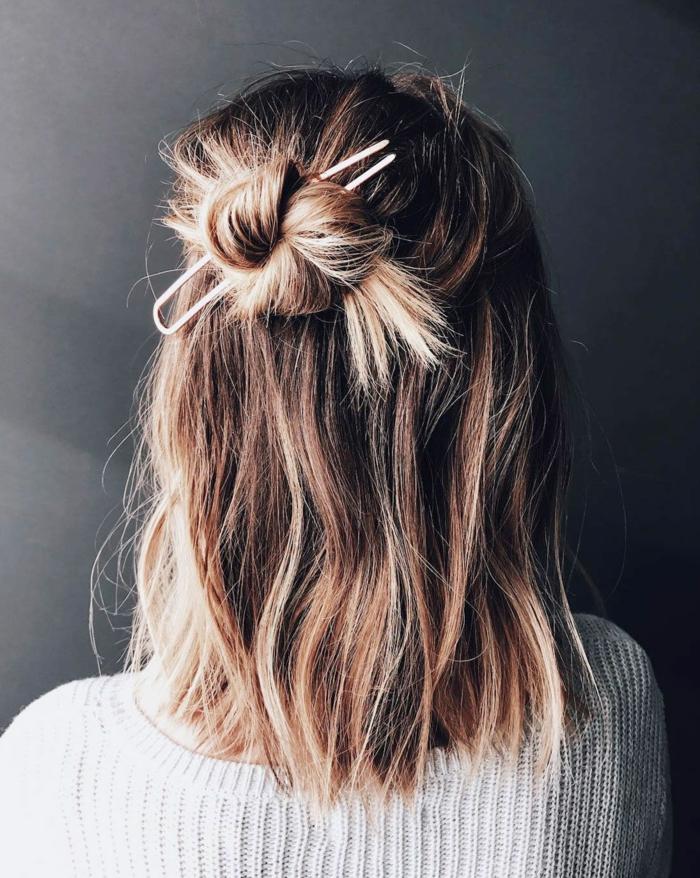 halb hoch halb runter mit halbem haarknoten, befestigt mit einer spange, blonde kurzhaarfrisuren, weißer Pullover
