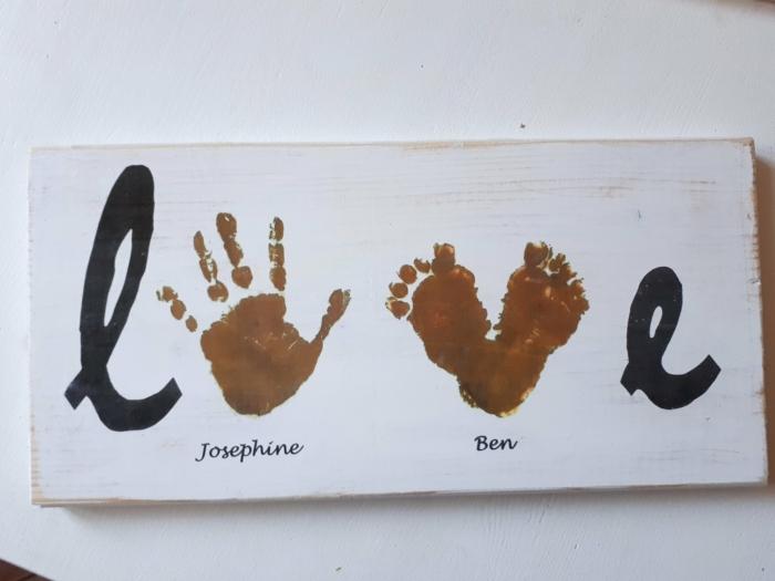 Handabdruck und Fußabdruck auf einem Holzbrett, bemalt in weiß, Aufschrift Love, 70 Geburtstag Geschenke Ideen Frau