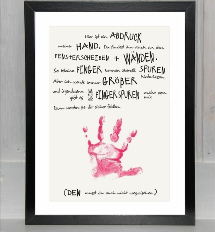 Poster mit Botschaft und Handabdruck in pink, hängend an Wand, schwarzer Rahmen, Weihnachtsgeschenke für Großeltern
