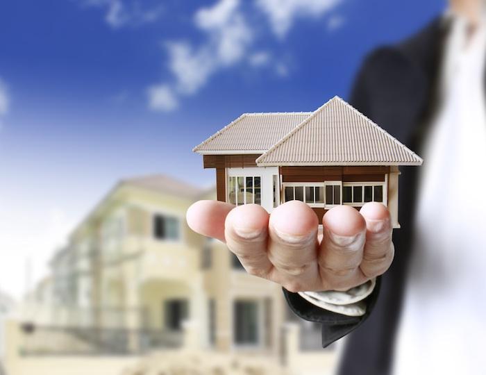 immobilienverkauf, mann und haus