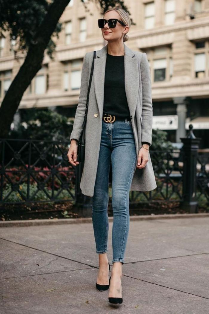 Stylische Dame in Skinny Jeans, Herbst Mantel, dunkles Oberteil, schwarze High-Heels, dresscode leger
