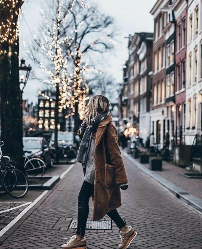 Winter Outfit mit kamelfarbenem Mantel, grauer Schal, Strickpullover und Sneakers, kleiderordnung casual