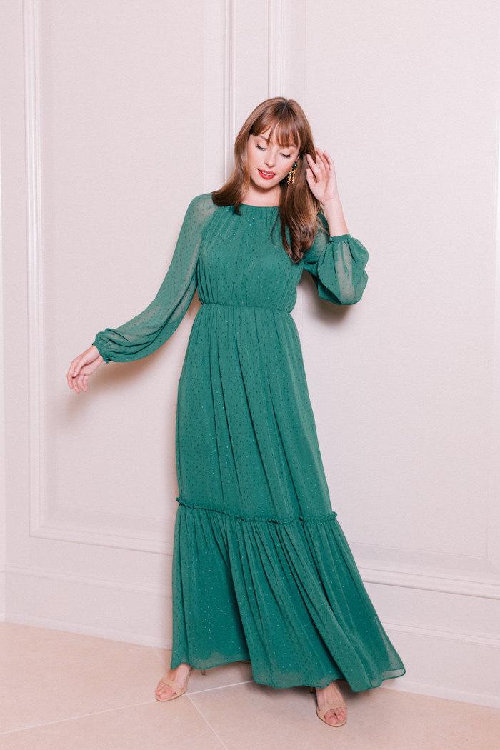 Casual Outfit, grünes leichtes Kleid mit langen Ärmeln, offene lange Haare mit Pony, roter Lippenstift