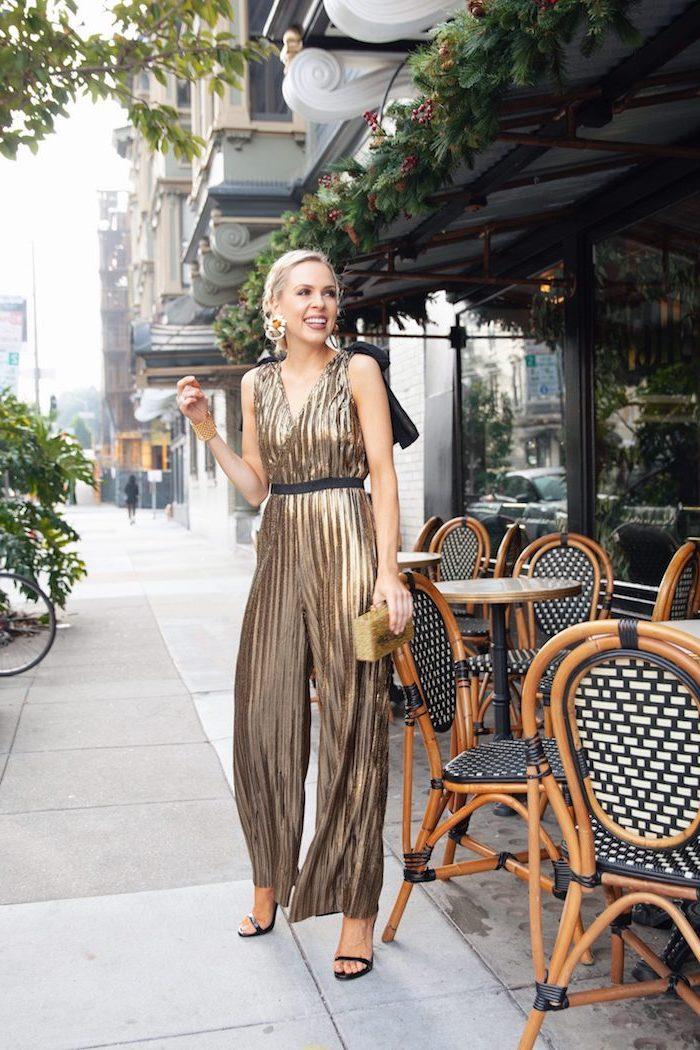 Silvester Outfit, goldener Jumpsuit mit schwarzem Gürtel, schwarze Pumps, halboffene Haare