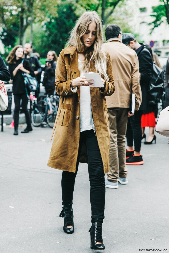 Effektvoll angezogene Dame in naturfarbenem Mantel, Stifel mit Absatz und Skinny Jeans, dresscode leger
