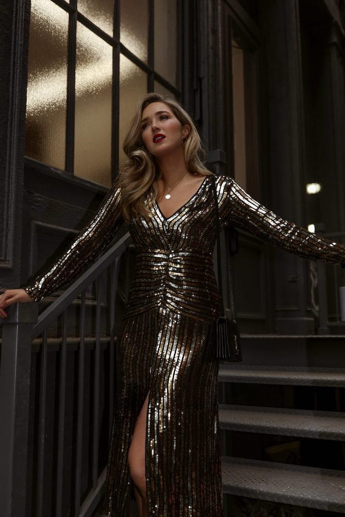 Glitzer Kleid mit Schlitz, mit langen Ärmeln, mit V-Ausschnitt, blonde offene Haare, roter Lippenstift