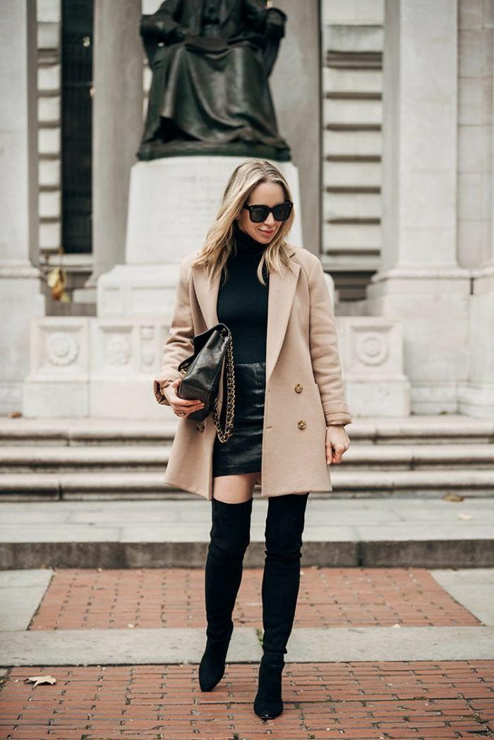 Elegante Dame in Over the knee Boots, mit naturfarbenem Mantel, schwarzes Oberteil, große Handtasche, dresscode sportlich elegant