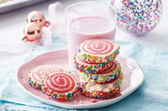 kochen für kleinkinder, kekse mit erdbeeren und vanille, rosa milch, bunte streusel