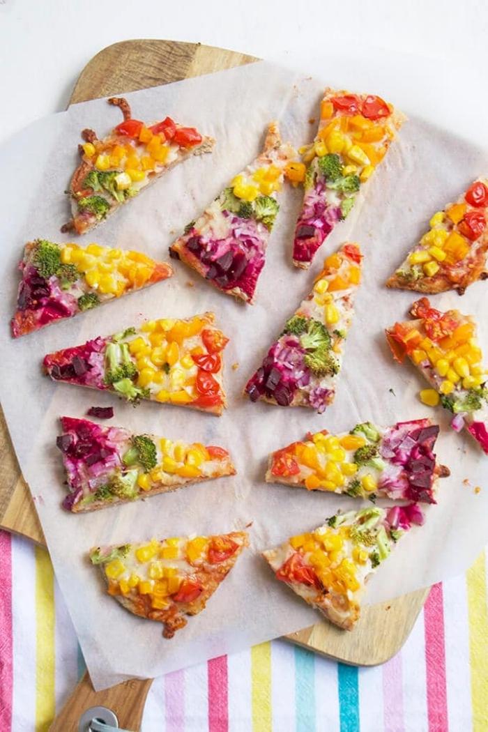 kochen für kleinkinder, kindergeburtstag rezepte mini pizzas in den regenbogenfarben