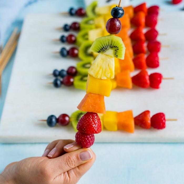 kochen mit kindern, obst spieße selber machen, rezept mit erdbeeren, himbeeren, ananas und kiwi