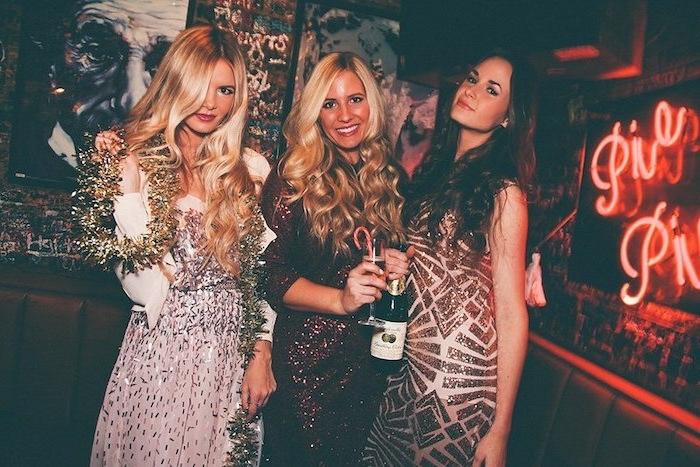 Coole Outfits für Silvester, Glitzer Kleider, offene lange gewellte Haare, Champagner und Zuckerstange
