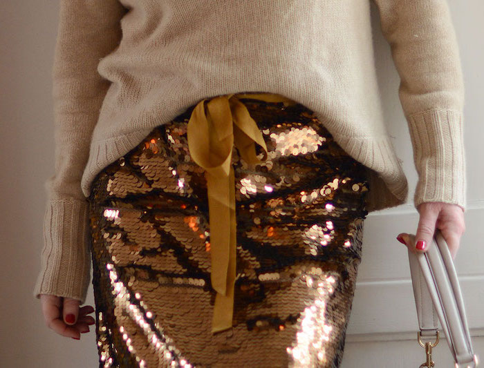 Party Outfit, Pullover in Beige, goldener Rock mit Pailletten und Schleife, roter Nagellack