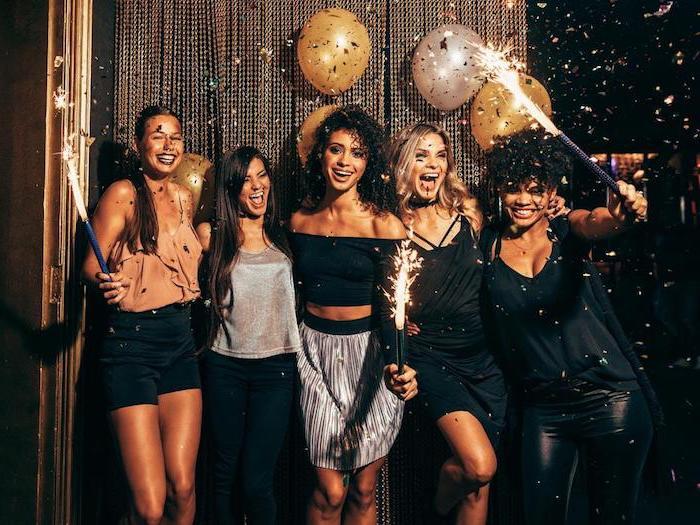 Party für Silvester, Feuerwerke Konfetti und Ballons, Shorts Kleider und Röcke in Schwarz