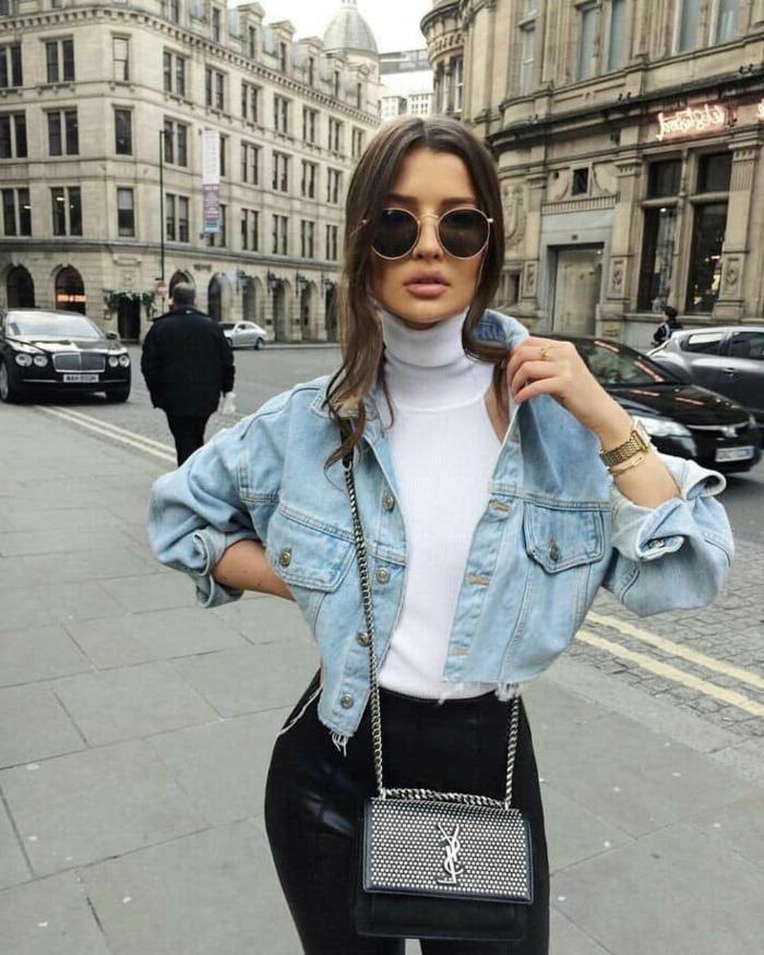 Schicke Dame mit weißer Bluse, Jeansjacke und schwarze Jeans, smart casual dresscode für damen