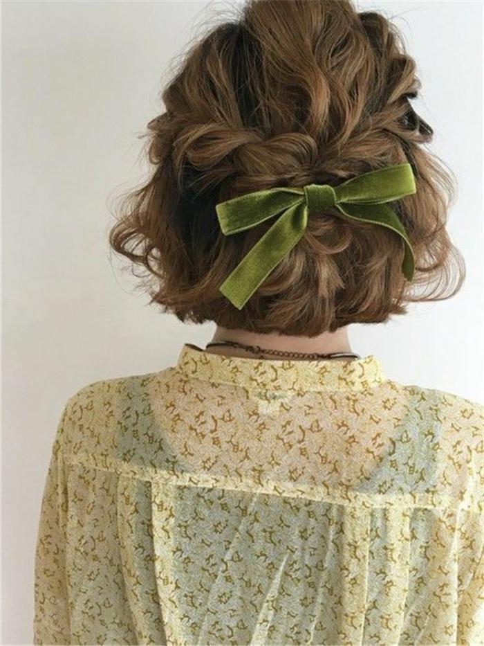 elegante frisur mit Zopf und Schleife in grün, frisuren frauen kurz, gelbe Bluse