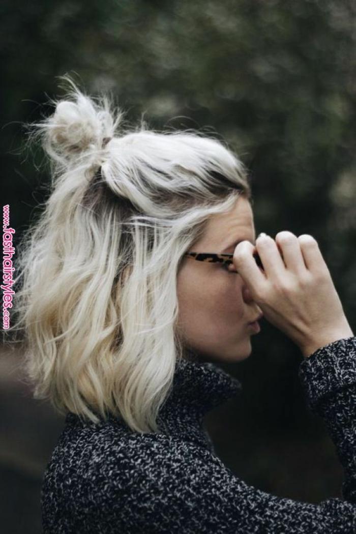 messy halb hoch halb runter haare mit haarknoten, hellblonde haare, frauen kurzhaarfrisuren, sonnenbrillen mit leopardenmuster