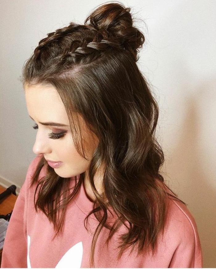 halb hoch halb runter frisur mit zwei französische zöpfe und haarknoten, modische kurzhaarfrisuren, sweatshirt in pink, geschminktes Gesicht