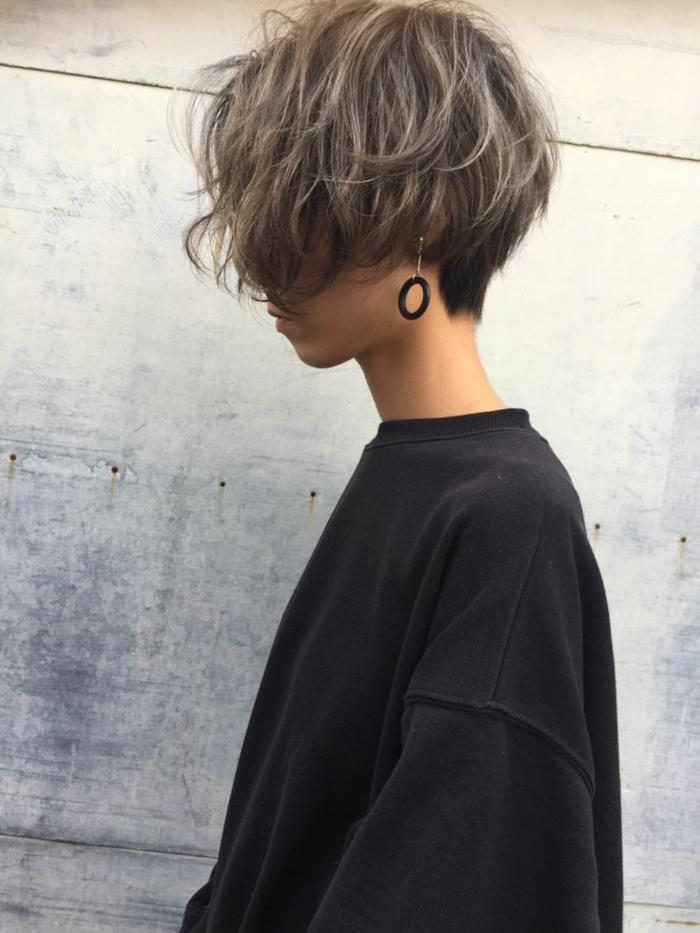 kurzhaarfrisuren frauen frech, dunkle haare mit blonden Strähnen, schwarzer oversized sweatshirt, kreis ohrringe in schwarz