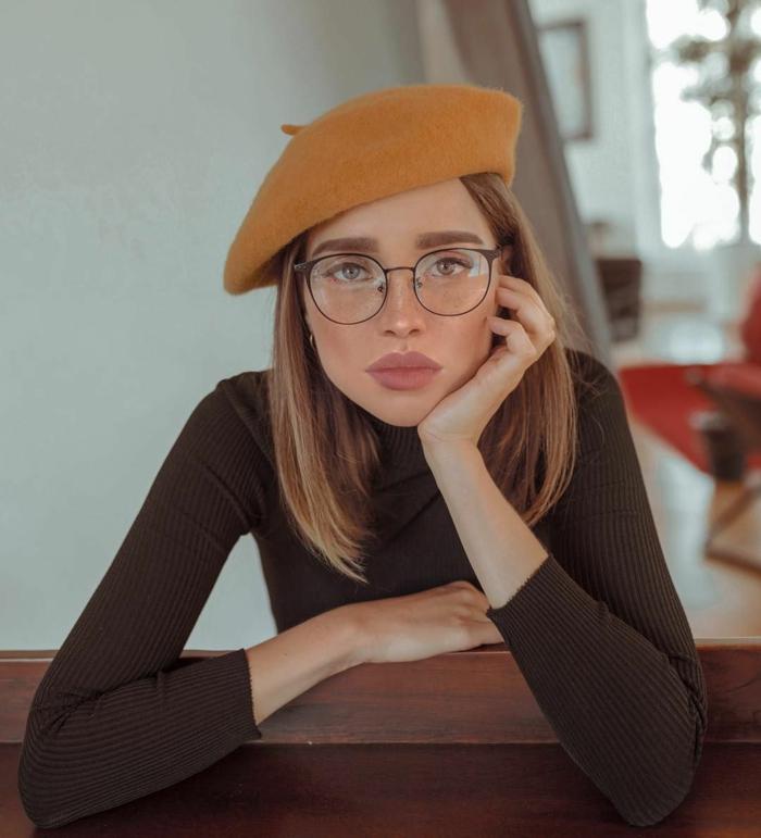Kurzhaarfrisuren mit Brille, Brauner Rollkragenpullover, Barett in gelb, dunkelblonde glatte Haare, volle Lippen