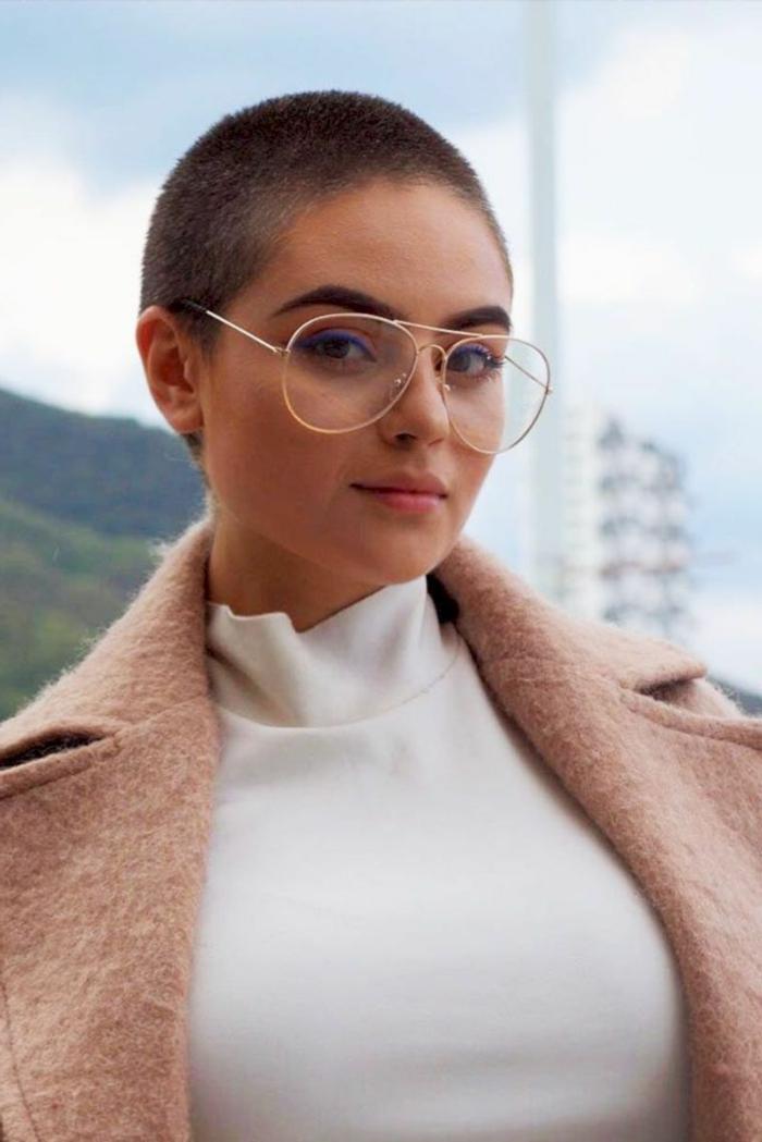 Kurzhaarfrisuren mit Brille, Braune Haare mit Buzz Cut Haarschnitt, weiße Rollkragenbluse, heller Mantel