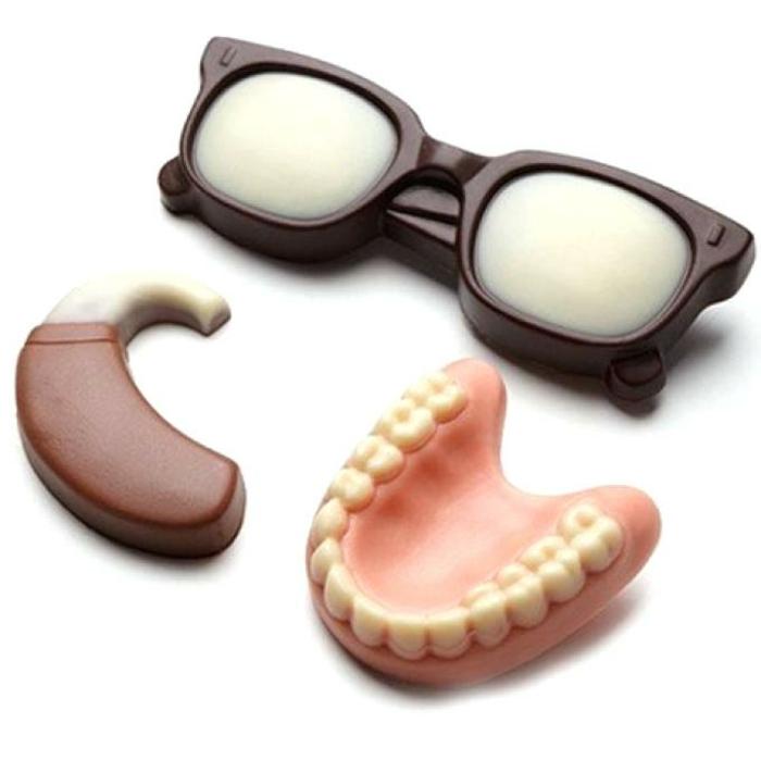 Schokolade in der Form von Brillen in schwarz, Hörgerät in braun und Zahprotese, Lustige Geschenke für Senioren