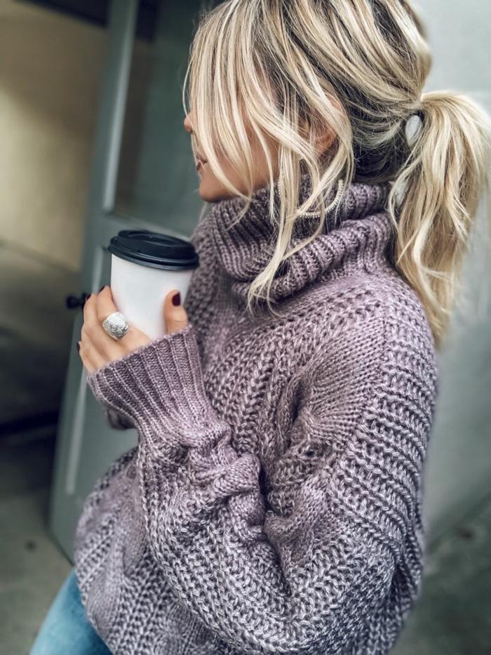 haarfrisuren kurz mit lockerem Pferdeschwanz, blonde Haare mit blonden Strähnen, pullover in lila