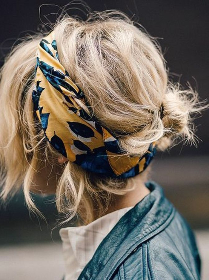 messy hochsteckfrisur im Haarknoten und mit buntem Schal, damenfrisuren kurz, lederjacke in grün