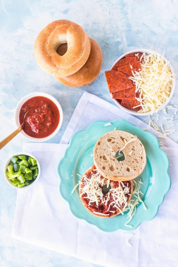 mittagessen für kinder, donuts pizas mit tomaten soße und parmesan, geriebener käse