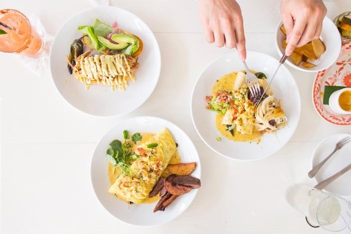 mittagessen für kinder, einfache rezepte, omelette mit gemüse und schinken mit garnitur aus kartoffeln