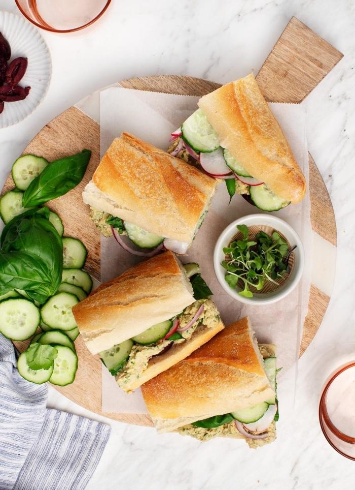 mittagessen für kinder, gesunde sandwiches mit gemüse, gurken, zweibel und basilikum