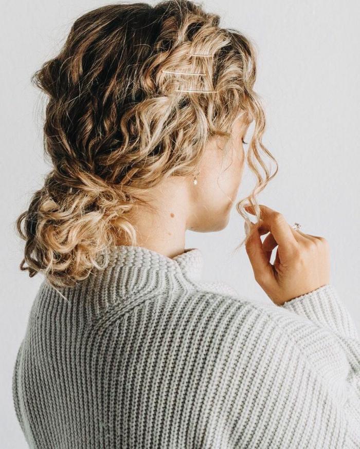 coole kurzhaarfrisuren damen, lockige harre im niedrigen haarknoten, weißer pullover