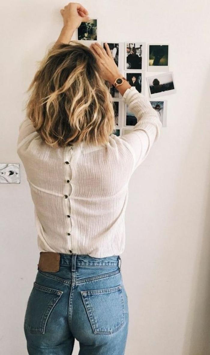 frisuren frauen kurz, braune haare mit blonden Strähnen, weiße Bluse mit knöpfen auf der rückseite