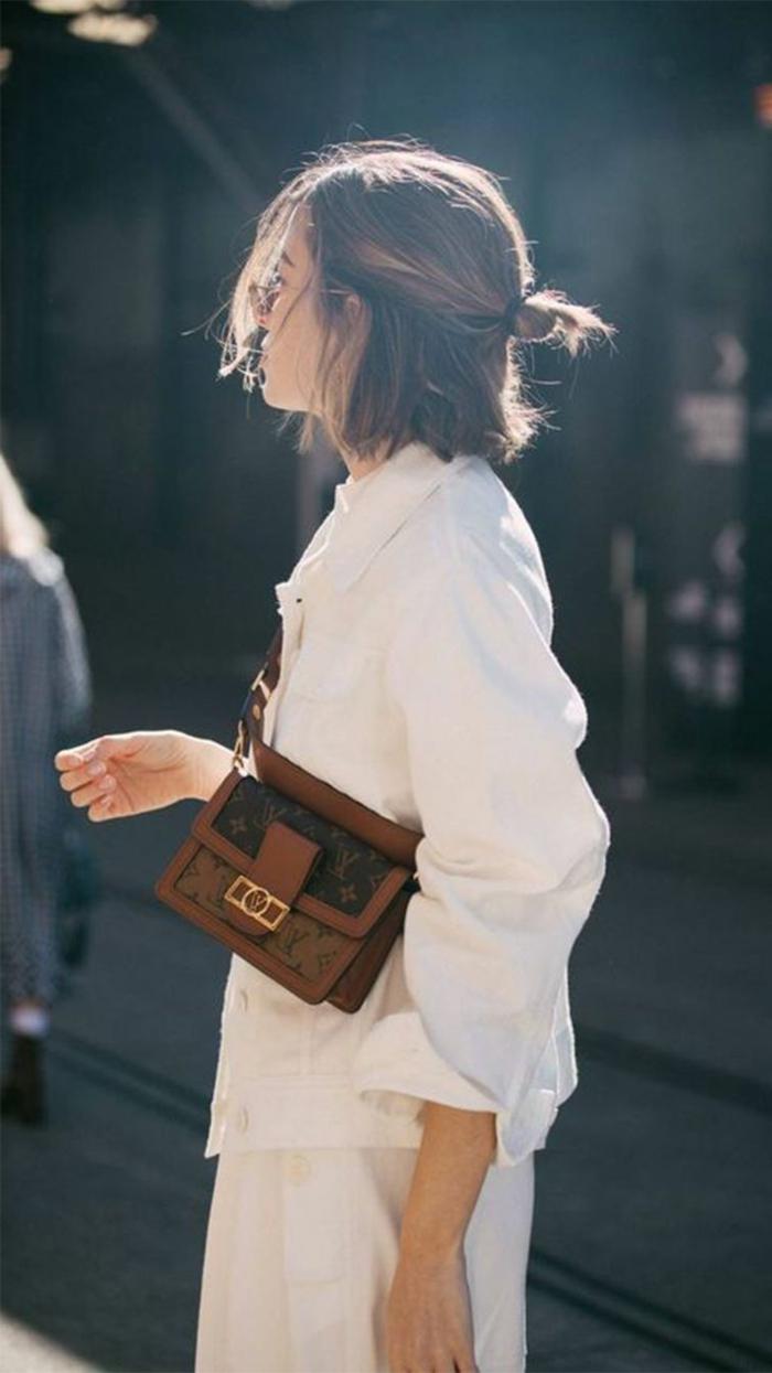 halb hoch halb runter messy haarknoten, damenfrisuren kurz, monochrom outfit in weiß mit brauner Tasche