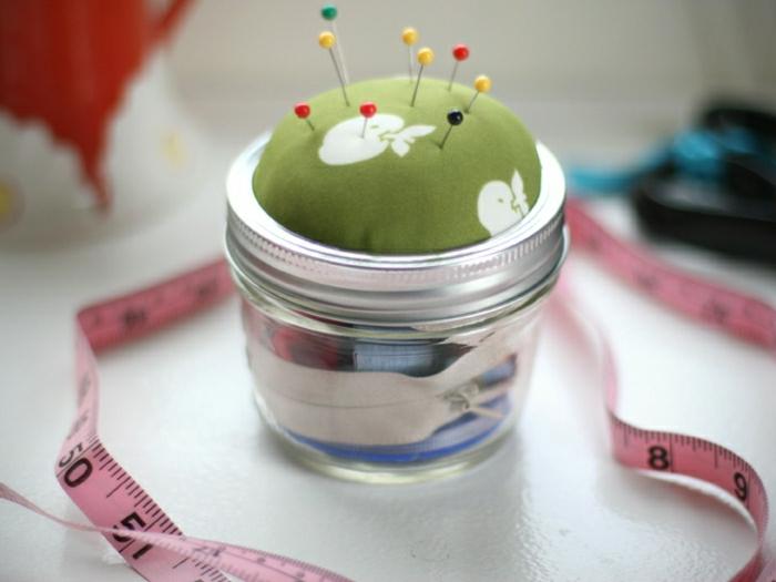 Nähset aus altem Einmachglas, festgesteckte Nadeln im Nadelkissen in grüner Farbe, Geschenk für Oma basteln