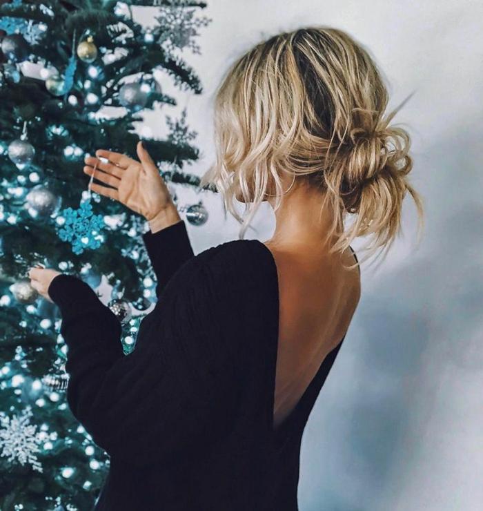 blonde haare mit messy haarknoten, kurze haare frisuren, rückenloses kleid in schwarz