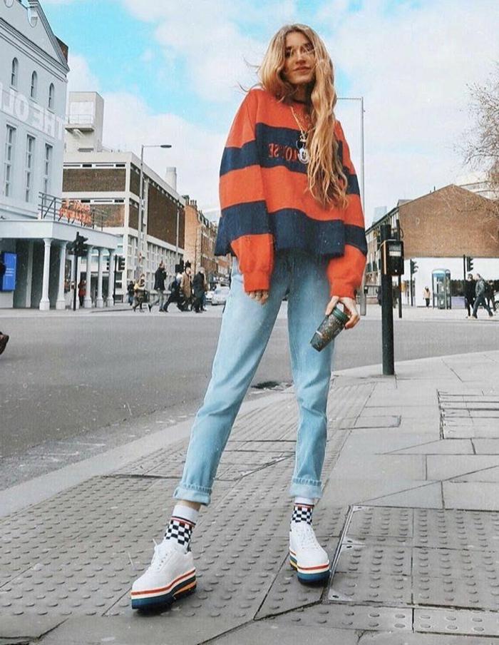 Dame im Casual Style mit lässigen Jeans, oversized mit Mickey Mouse Aufdruck und klobbige Sneakers, kleiderordnung casual