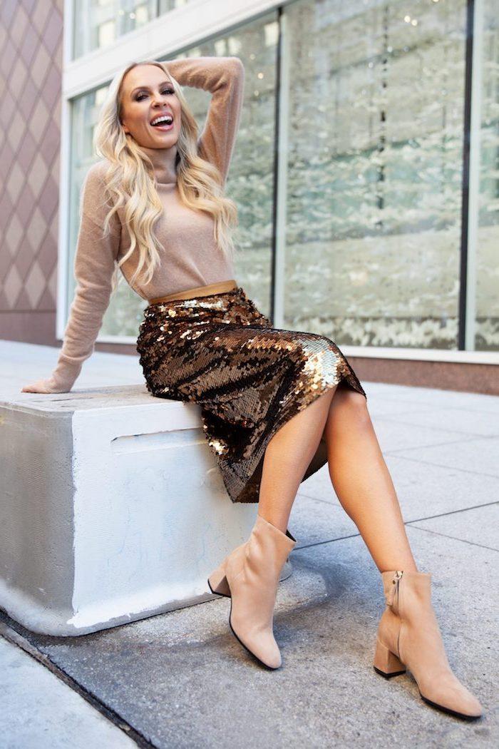 Party Outfit für den Winter, Glitzer Rock, Top und Boots in Beige, blonde gewellte Haare