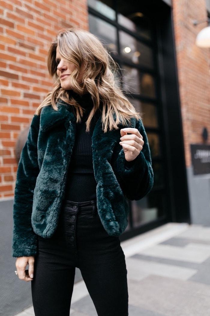 Casual Outfit für den Winter, schwarze Hose mit hoher Taille und schwarzes Top, Pelzmantel in Dunkelgrün