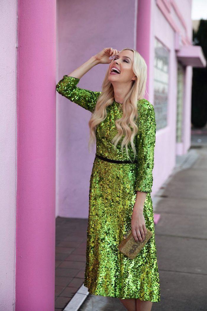 Grünes Glitzer Kleid mit einem dünnen schwarzen Gürtel, mit langen Ärmeln, offene gewellte Haare