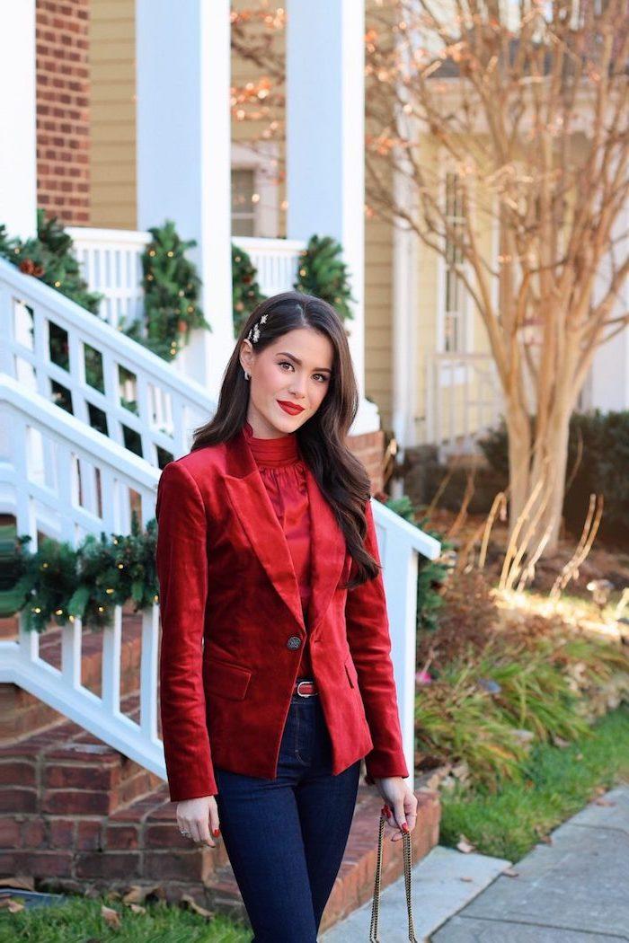Cooles Outfit für Weihnachten, dunkelblaue Jeans, rotes Top und roter Blazer, offene gewellte Haare, roter Lippenstift