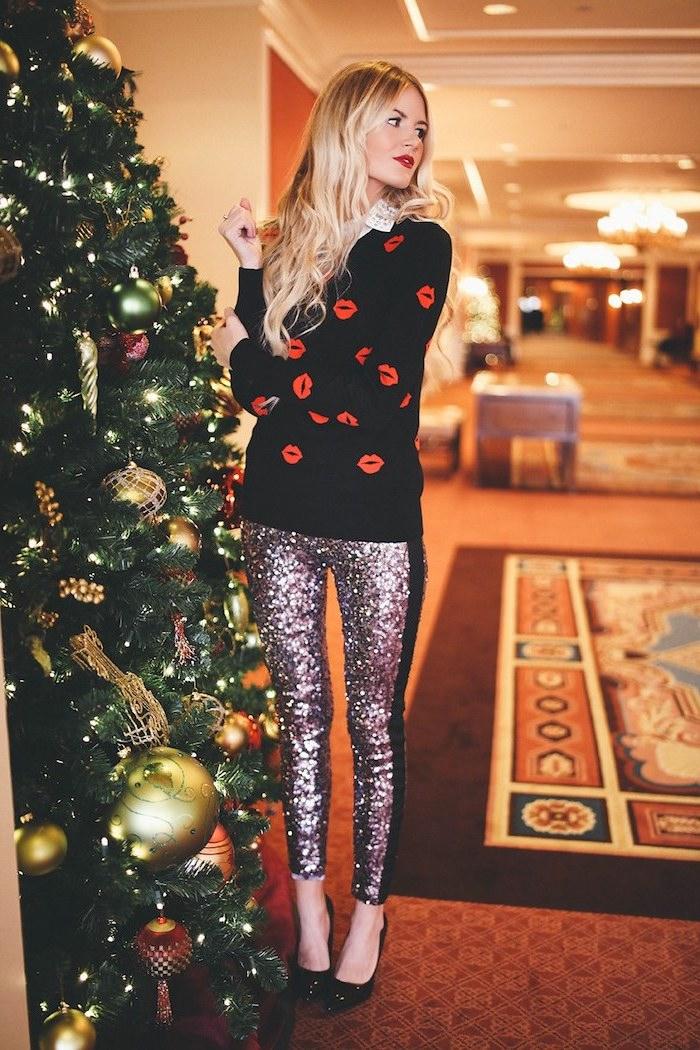Silvester Outfit, schwarzer Pullover mit roten Küssen, silberne Glitzer Hose, blonde gewellte Haare