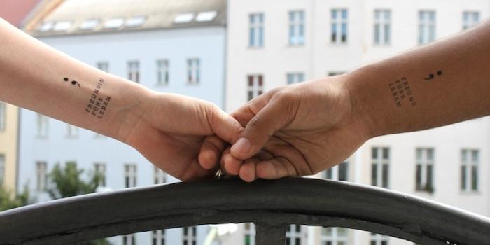 paar, zwei Hände mit Semicolon Tattoos als Zeichen der Freundschaft, tattoo psychische störung