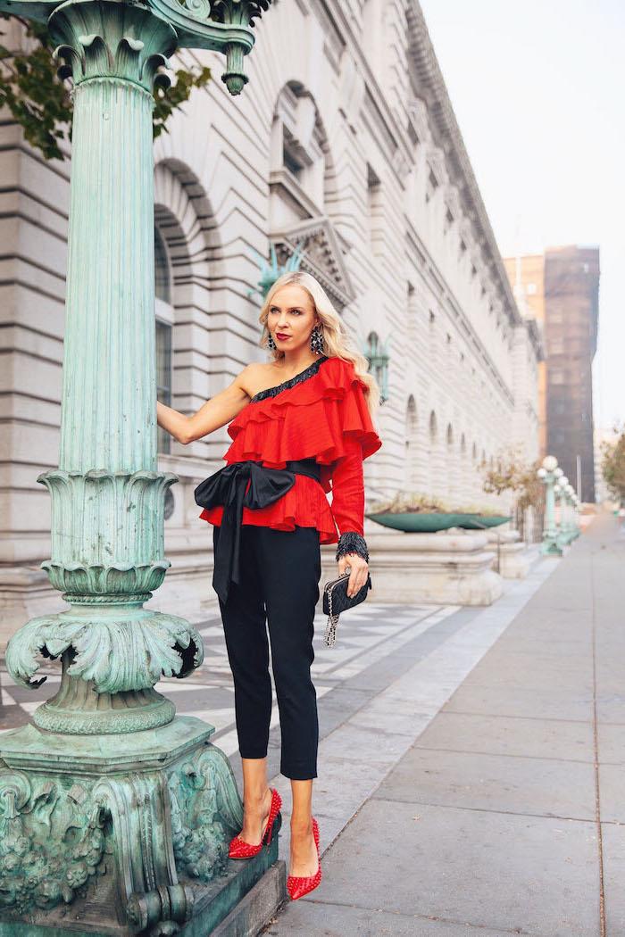 Elegantes Outfit für Silvester, schwarze enge Hose, rote Pumps und Top mit schwarzer Schleife
