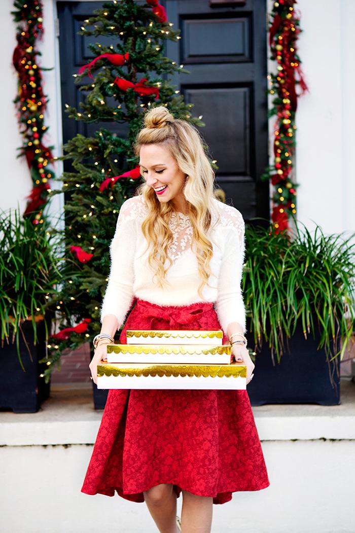 Outfit für Silvester, weißer Pullover mit Spitzenelementen, roter weiter Rock mit Schleife, halboffene Haare
